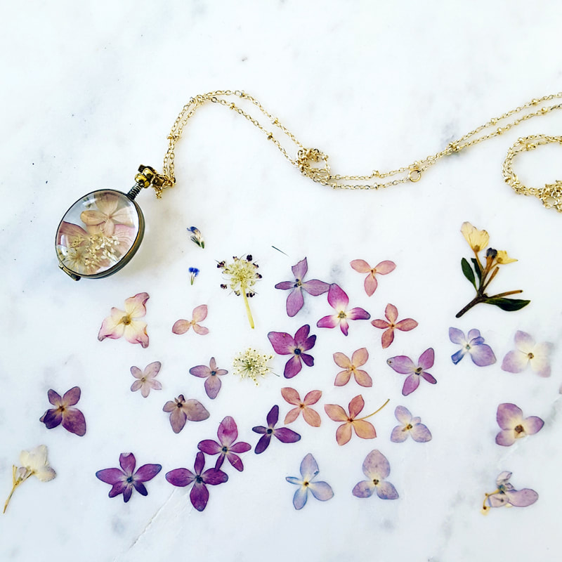 Preserve your wedding flowers in a locket made of glass. It's the perfect bridesmaid gift!